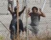 Мигранти атакуваха македонската граница