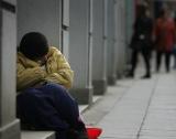 Рискът от бедност намалява обаче